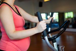 Training auf dem Crosstrainer während Schwangerschaft